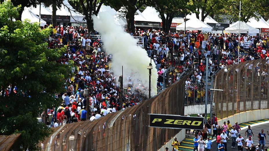 Torcida invade a pista de Interlagos após a corrida para comemorar o terceiro lugar no pódio do brasileiro Felipe Massa da Williams