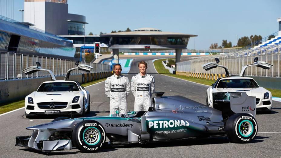 Lewis Hamilton e Nico Rosberg durante apresentação do novo Mercedes F1 W04