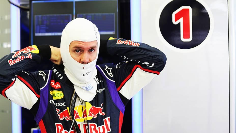 Sebastian Vettel nos boxes da equipe Red Bull durante testes para a temporada 2014 da Fómula 1 no Barein