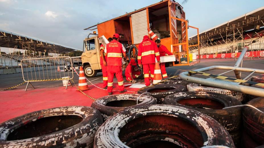 Homens trabalham no Anhembi durante preparativos para a Fórmula Indy 300 em São Paulo