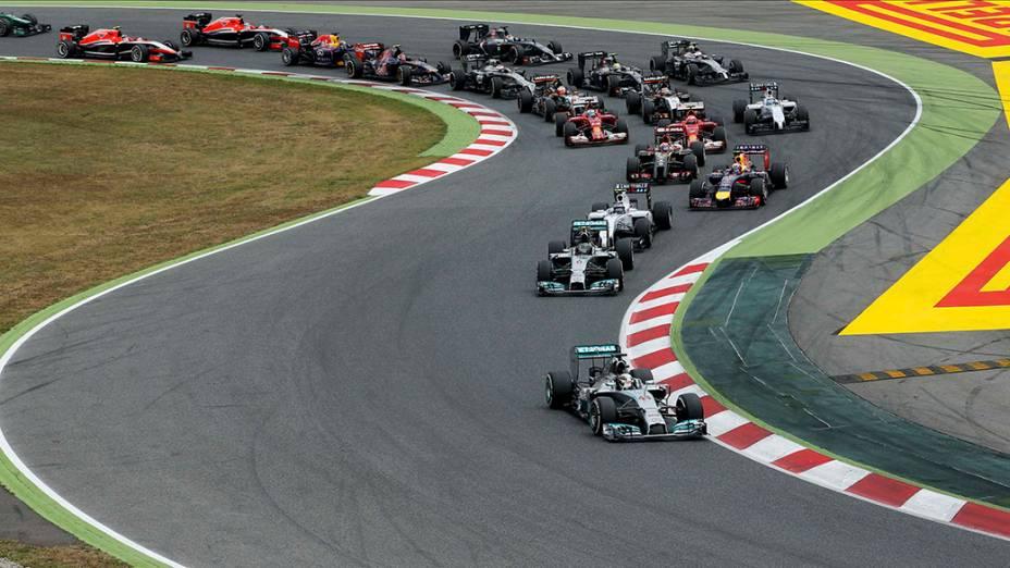 Carros durante a largada do Grande Prêmio da Espanha, no circuito de Barcelona-Catalunha, em Montmeló