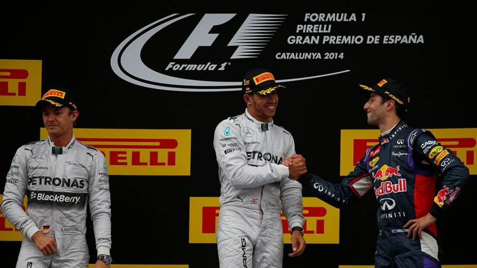 Nico Rosberg é fotografado ao lado do campeão Lewis Hamilton, da Mercedes, e do terceiro colocado, o piloto da RedBull, Daniel Ricciardo durante o Grande Prêmio da Espanha