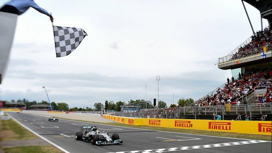 Lewis Hamilton cruza a linha de chegada durante o Grande Prêmio da Espanha, no circuito de Barcelona-Catalunha, em Montmeló