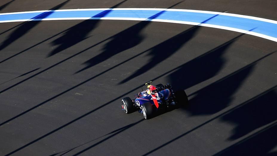 O piloto da Mercedes, Lewis Hamilton, vence o GP da Rússia em Sochi