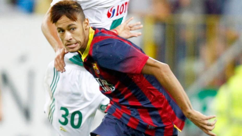 Neymar do Barcelona disputa a bola com o jogador Maciej Kostrzewa do Lechia Gdansk, durante amistoso na Polônia