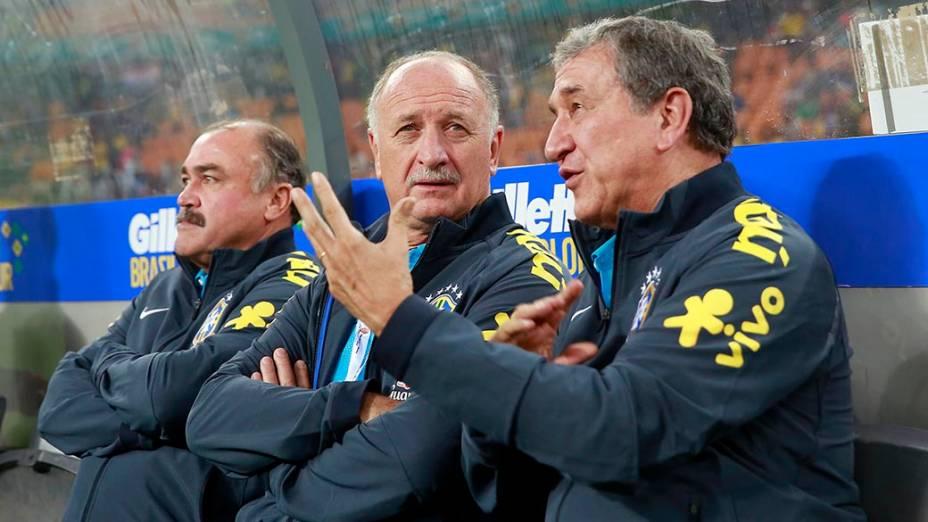 Técnico Luiz Felipe Scolari ao lado de Parreira e Murtosa, durante amistoso da Seleção Brasileira contra a África do Sul, em Johannesburgo