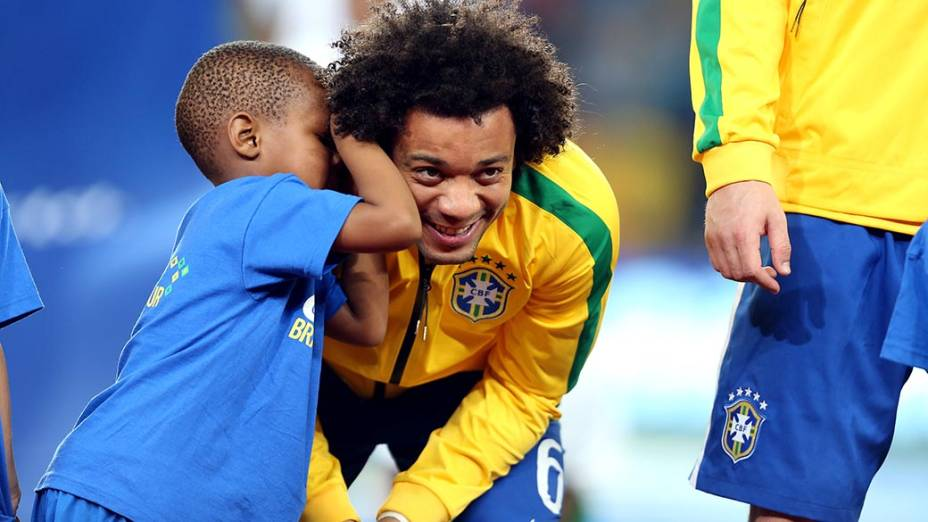 Menino brinca com o Jogador Marcelo antes do amistoso contra a África do Sul, em Johannesburgo