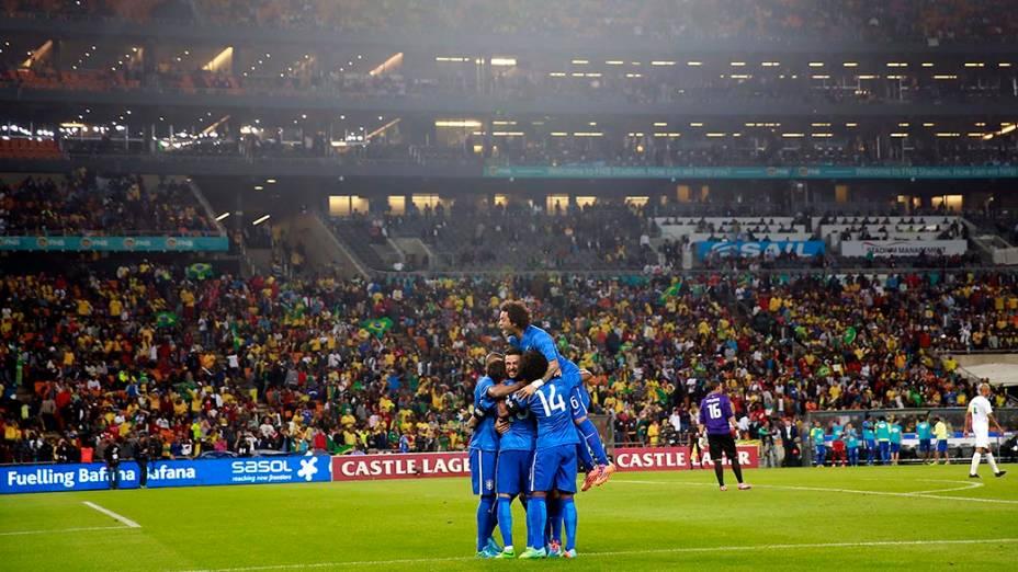 Jogadores do Brasil comemoram gol contra a África do Sul durante amistoso no estádio Soccer City, em Johannesburgo