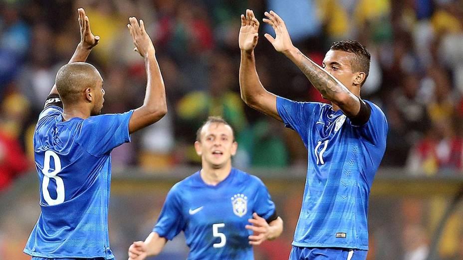 Jogador Fernandinho, do Brasil, comemora gol no amistoso contra a África do Sul, em Johannesburgo