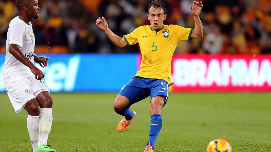 Rafinha durante o amistoso entre Brasil e África do Sul, realizado no Estádio Soccer City, em Johannesburgo