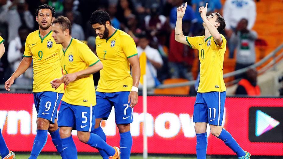 Oscar comemora com os companheiros de equipe gol marcado na goleada por 5 a 0 do Brasil sobre a África do Sul, em amistoso realizado no Estádio Soccer City, em Johannesburgo