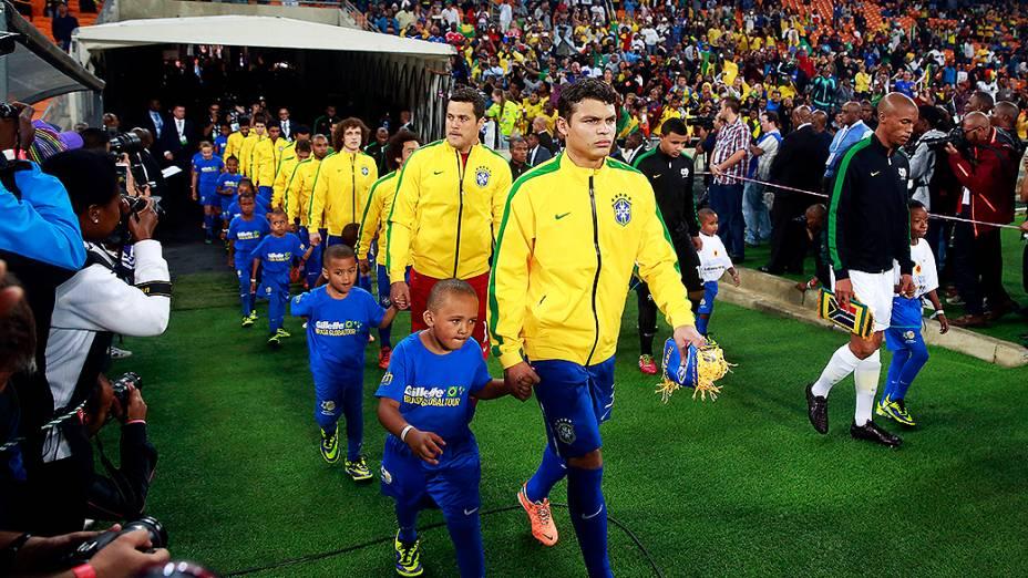Seleção brasileira entrando em campo para o amistoso contra a África do Sul no Estádio Soccer City, em Johannesburgo