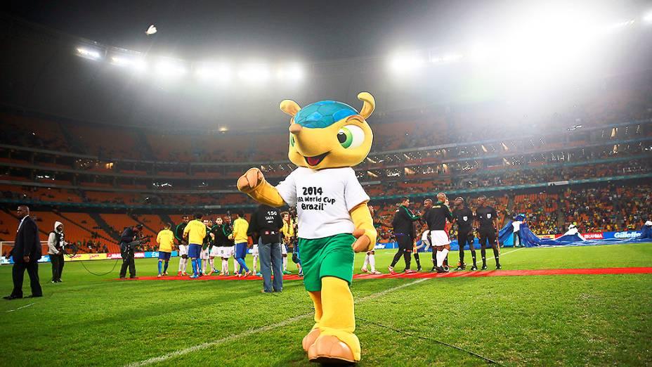 Fuleco, o mascote da Copa do Mundo do Brasil entrou em campoantes do início do amistoso contra a África do Sul no Estádio Soccer City, em Johannesburgo