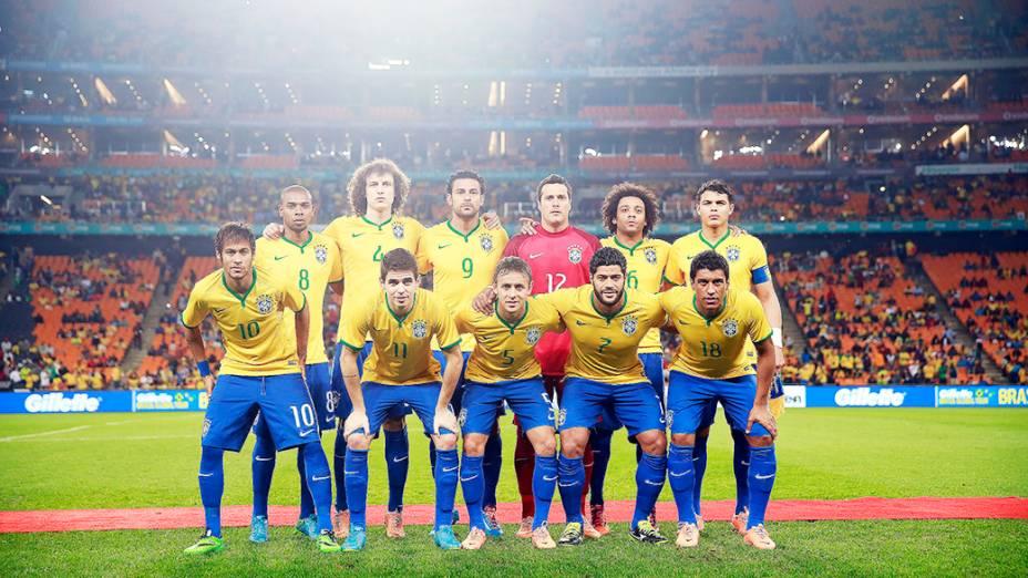 Jogadores da seleção brasileira antes do início do amistoso contra a África do Sul no Estádio Soccer City, em Johannesburgo