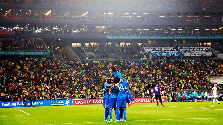 Jogadores da seleção brasileira comemoram gol na goleada sobre a África do Sul, em amistoso realizado no Estádio Soccer City, em Johannesburgo