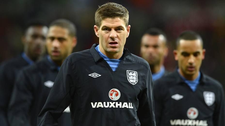 Capitão da Inglaterra Steven Gerrard, caminha à frente de sua equipe
