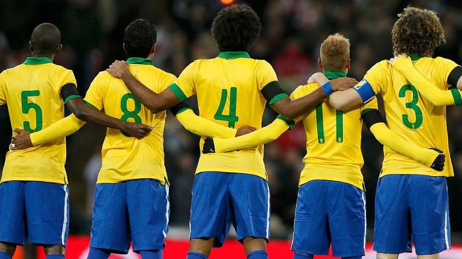 Jogadores brasileiros esperam pelo início do amistoso contra a Inglaterra no Estádio de Wembley