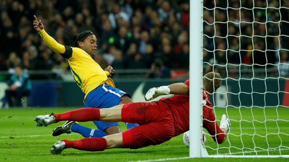 Joe Hart defende pênalti de Ronaldinho Gaúcho no amistoso entre Brasil e Inglaterra, em Londres