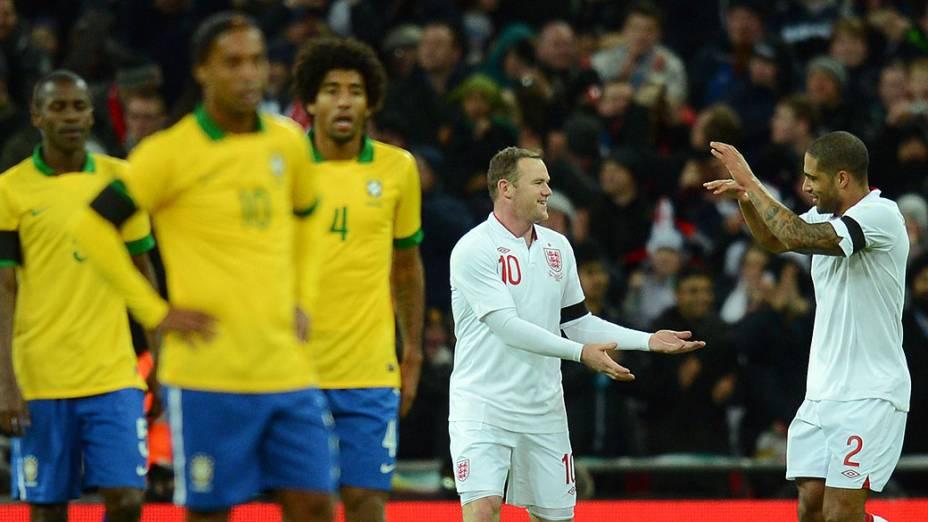 Wayne Rooney é cumprimentado pelo companheiro Glen Johnson, após marcar o primeiro gol do amistoso entre Brasil e Inglaterra em Wembley