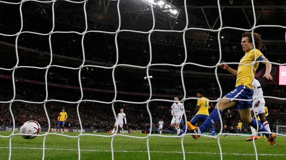 Wayne Rooney abre o placar para a Inglaterra no amistoso contra o Brasil em Wembley