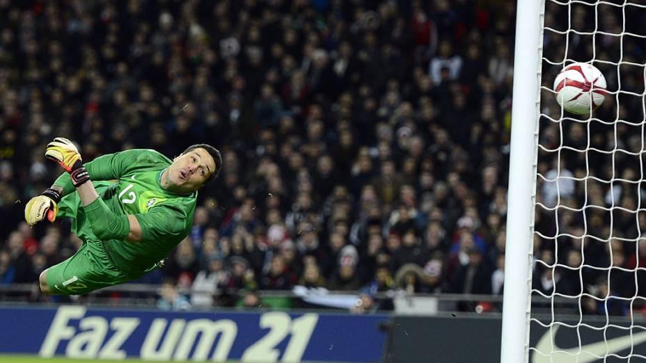 Goleiro Julio César olha a bola entrar no gol, após chute de Frank Lampard no amistoso entre Brasil e Inglaterra em Wembley
