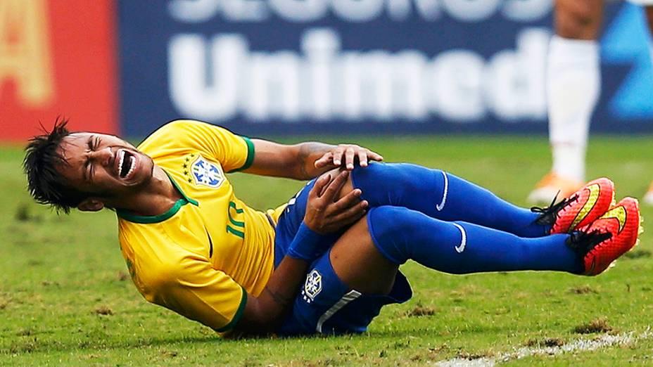 Neymar sofre falta logo no início do amistoso entre Brasil e Sérvia, em São Paulo