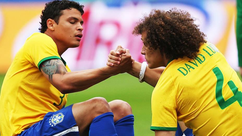 Thiago Silva ajuda David Luiz a se levantar durante amistoso contra a Sérvia, em São Paulo