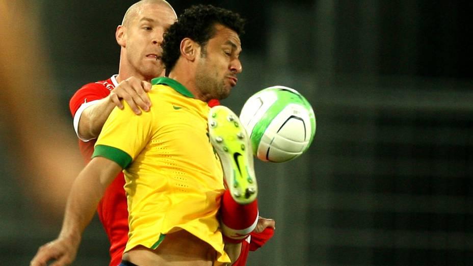 Fred disputa bola durante amistoso do Brasil contra a Suíça na Basileia