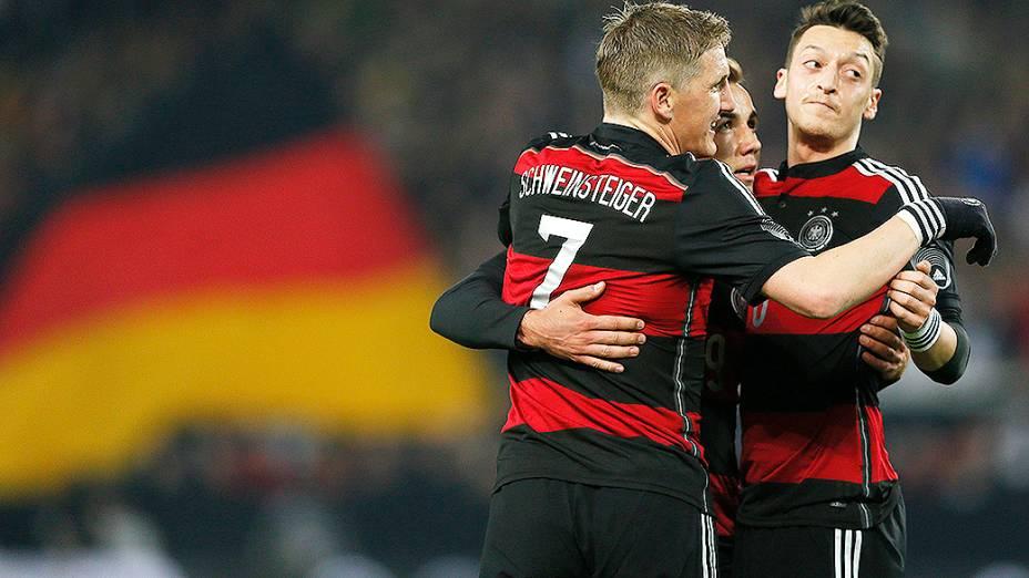 Jogadores da Alemanha comemoram gol de Mario Goetze na vitória por 1 a 0 sobre o Chile em amistoso disputado na cidade de Stuttgart