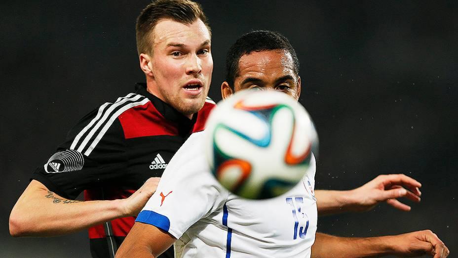 Kevin Grosskreutz e Jean Beausejor disputam jogada na vitória da Alemanha por 1 a 0 sobre o Chile em amistoso disputado na cidade de Stuttgart