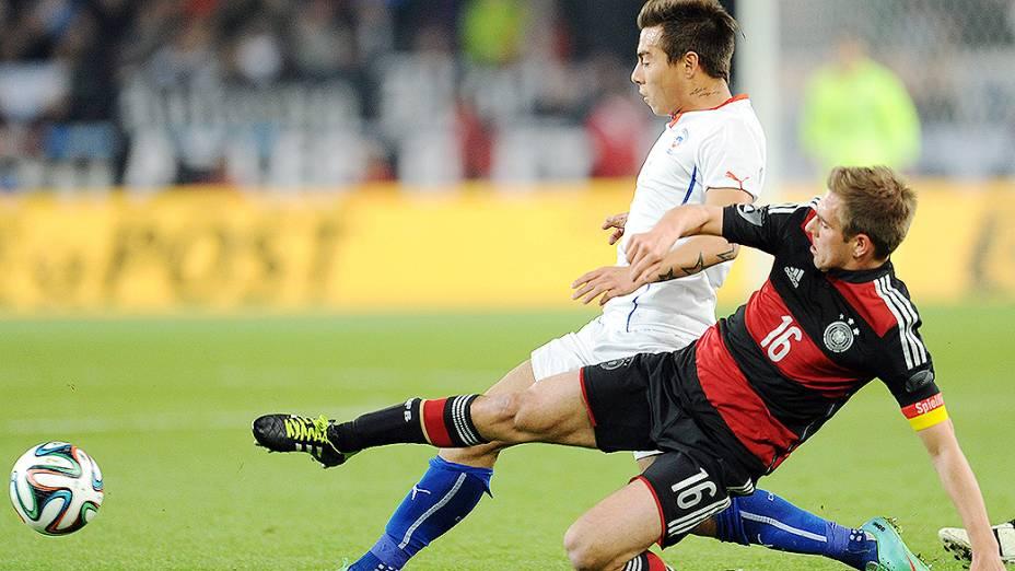 Philipp Lahm e Vargas disputam jogada na vitória da Alemanha sobre o Chile por 1 a 0 em amistoso disputado na cidade de Stuttgart