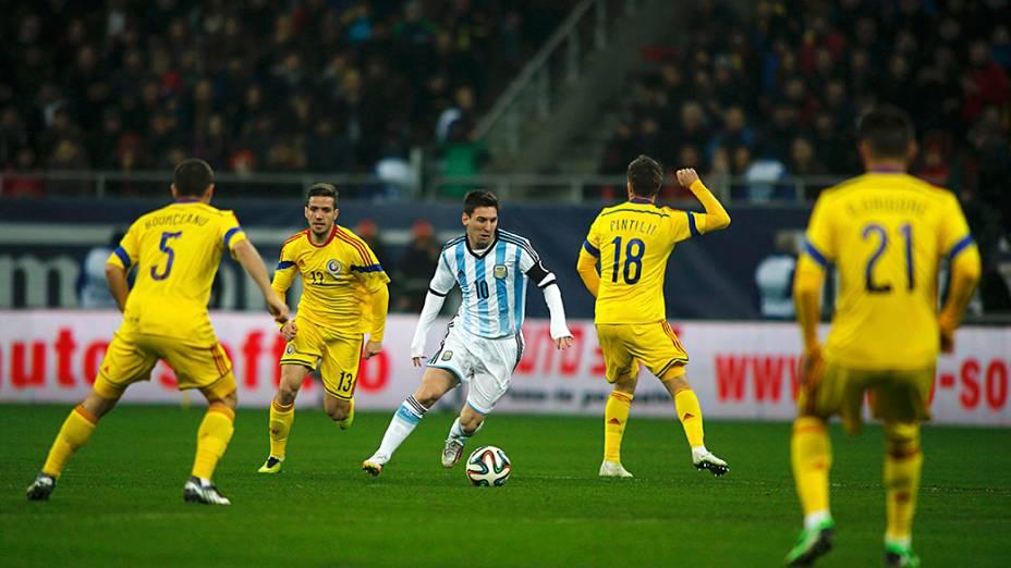Lionel Messi tenta jogada no empate sem gols entre Argentina eRomênia em amistoso disputado em Bucareste