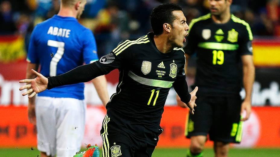 O atacante Pedro comemora o gol da vitória da Espanha por 1 a 0 sobre a Itália, em amistoso disputado no estádio Vicente Calderón em Madri
