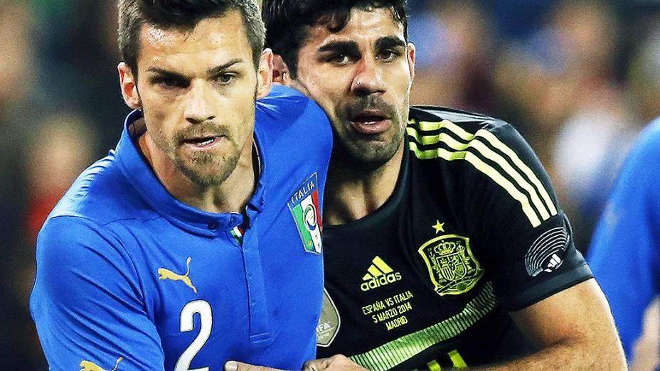 Diego Costa disputa jogada com o zagueiro italiano Cristian Maggio na vitória da Espanha por 1 a 0 sobre a Itália, em amistoso no estádio Vicente Calderón em Madri