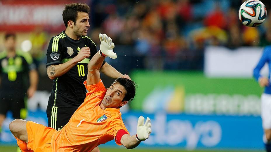 O goleiro italiano Gianluigi Buffon faz defesa na vitória da Espanha por 1 a 0 sobre a Itália, em amistoso disputado no estádio Vicente Calderón em Madri