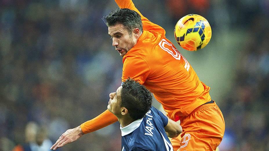O francês Varane disputa jogada com Van Persie na vitória da França sobre a Holanda por 2 a 0 em amistoso disputado no Stade de France, em St. Denis