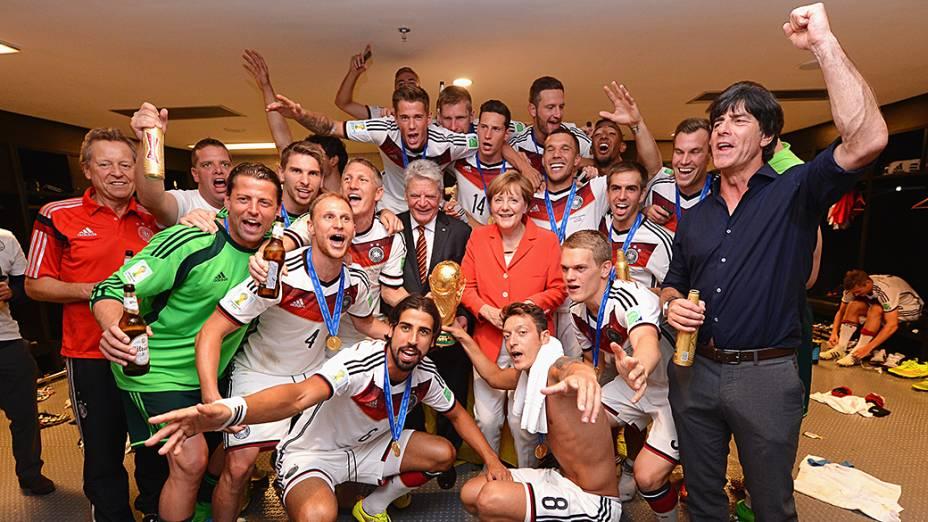 Angela Merkel comemora a conquista da Copa do Mundo com os jogadores e comissão técnica da seleção alemã nos vestiários do Maracanã