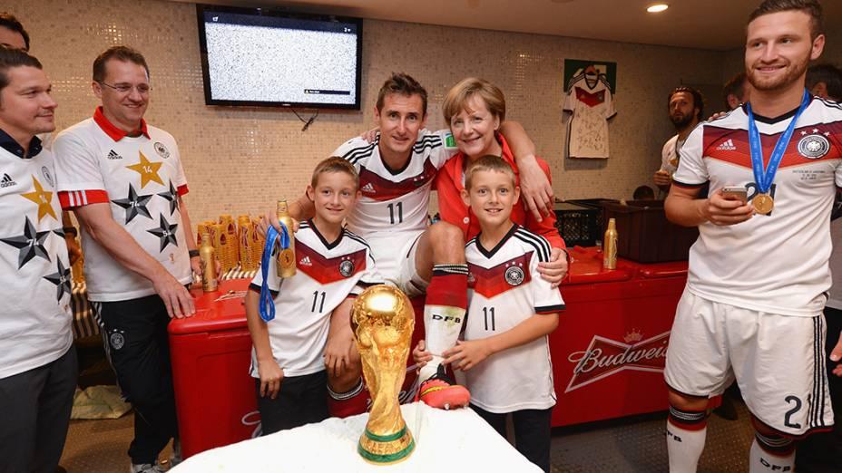 Atacante Miroslav Klose, junto com seus filhos, posa para a foto com a chanceler Angela Merkel no vestiário do Maracanã