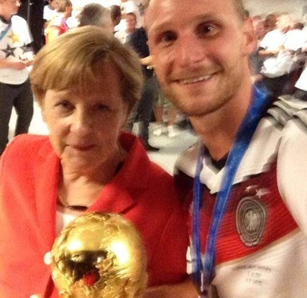 O zagueiro Benedikt Höwedes posta selfie com Angela Merkel após a conquista do tetra alemão