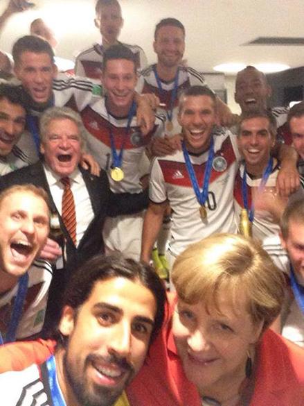 O meia Sami Khedira posta selfie com Angela Merkel nos vestiários do Maracanã