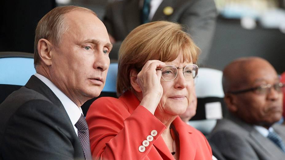 Angela Merkel e Vladimir Putin assistem à final da Copa do Mundo no Maracanã
