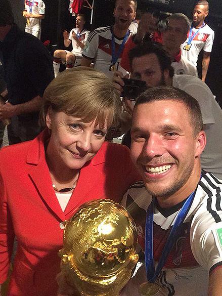 O meia Lukas Podolski posta selfie com Angela Merkel nos vestiários do Maracanã
