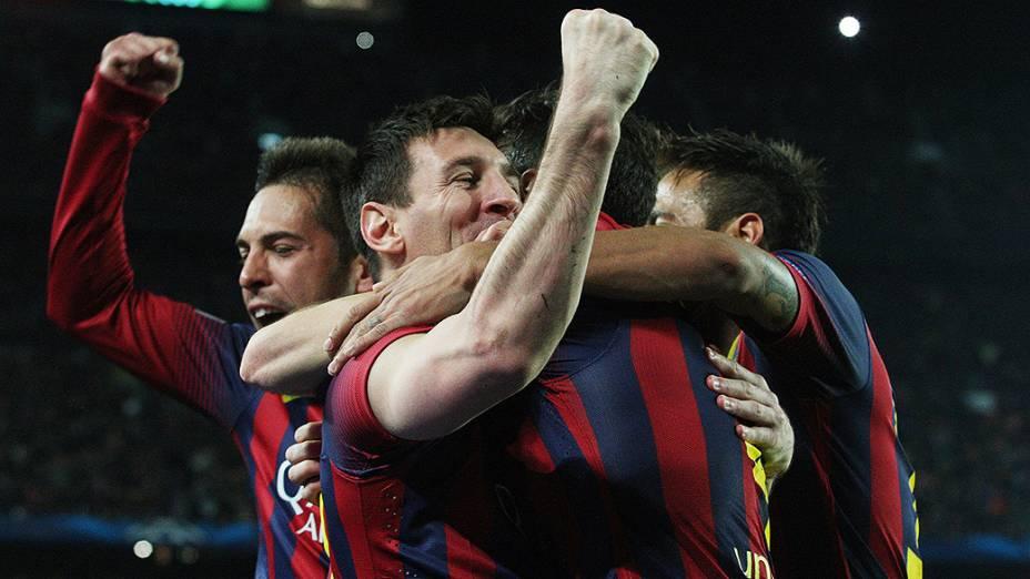 Messi comemora com os companheiros o primeiro gol do Barcelona na vitória por 2 a 1 sobre o Manchester City, na partida válida pelas oitavas de final da Liga dos Campeões