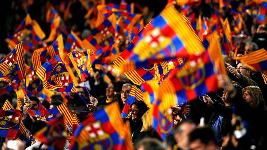 Torcida do Barcelona comemora a vitória por 2 a 1 sobre o Manchester City, na partida válida pelas oitavas de final da Liga dos Campeões