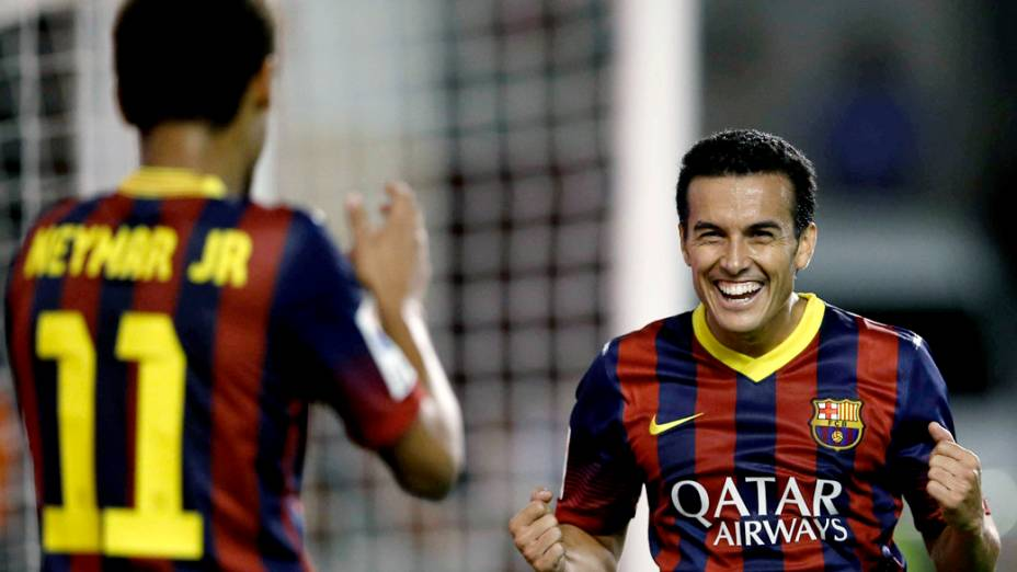Jogador Pedro comemora com Neymar o gol contra o Rayo Vallecano, pelo campeonato espanhol, em Madri