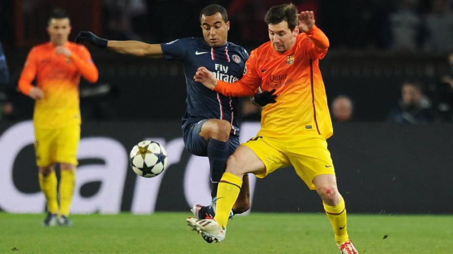 O jogador Lucas do PSG e Lionel Messi do Barcelona, disputam a bola pelas quartas de final da Liga dos Campeões