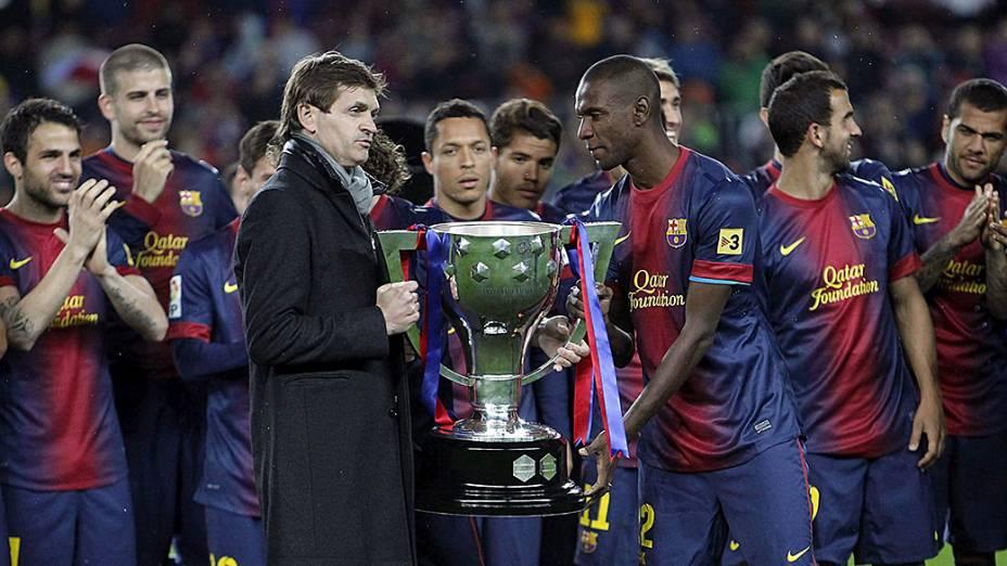Tito Vilanova levanta a taça do campeonato espanhol 2012-2013 ao lado do francês Abidal