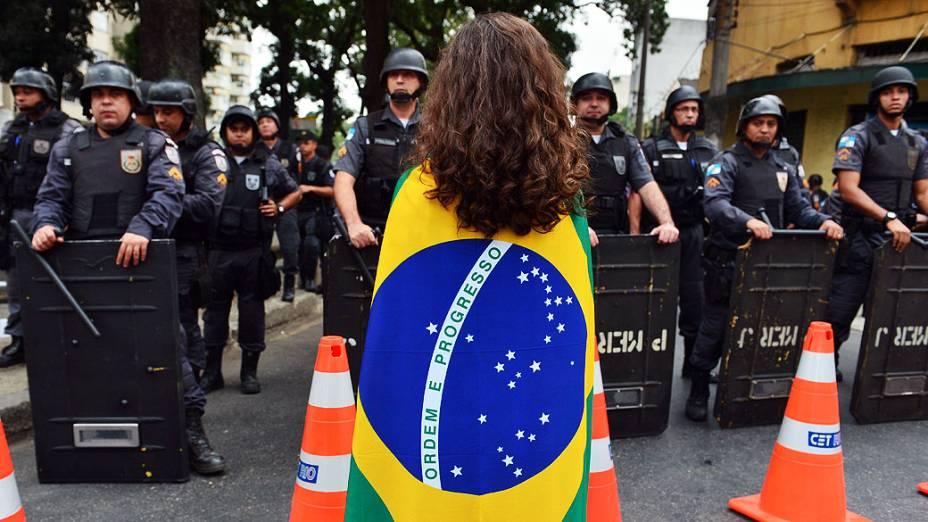 Manifestantes diante da da tropa de choque em uma rua perto do estádio do Maracanã do Rio de Janeiro, poucas horas antes da final da Copa das Confederações, entre Brasil e Espanha