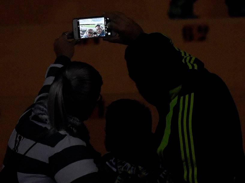 Torcedores do Palmeiras fazem uma selfie antes do jogo contra o Grêmio no Allianz Parque, em São Paulo