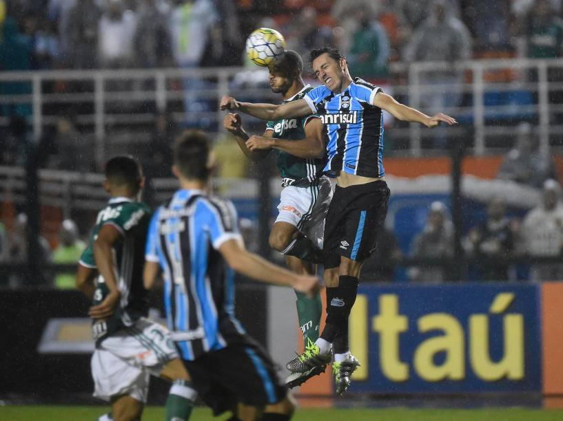 Jogadores disputam a bola no jogo entre Palmeiras e Grêmio, no Allianz Parque em São Paulo